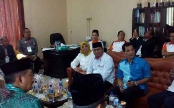 Calon Bupati Kotawaringin Barat Nurhidayah beserta seluruh calon bupati dan calaon wakil bupati sesaat sebelum tes psikologi di ruang tamu direktur, RSUD Imanudin, Minggu 25 September 2016. BORNEONEWS/WULAN