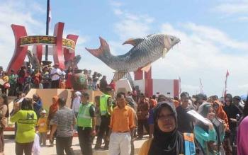Patung Ikan Jelawat yang menjadi andalan warga Sampit untuk bersantai di sore hari. Sejak berdiri, patung itu selalu ramai dikunjungi warga bersama keluarga. BORNEONEWS/RAFIUDIN