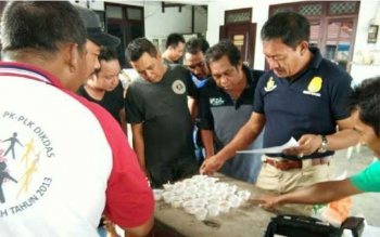 Sejumlah anggota Satres Narkoba Polres Kotawaringin Barat memeriksa urin sopir truk tanki. BORNEONEWS/FAHRUDDIN FITRIYA