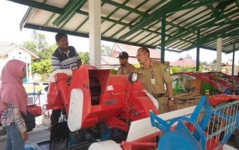 Kabid Tanaman Pangan dan Holtikultural, Distanak Sukamara, Suhadi mengecek bantuan alat pertanian. Bupati Sukamara, Ahmad Dirman, Senin (26/9/2016), minta petani memanfaatkan bantuan pemerintah dengan baik. BORNEONEWS/NORHASANAH