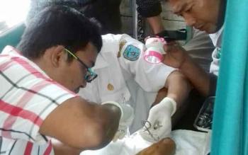 Dokter Bedah RSUD dan petugas Dinkes Lamandau memberi pelayanan medis kepada masyarakat di Kecamatan Delang, baru-baru ini. BORNEONEWS/HENDI NURFALAH