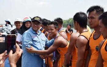 Gubernur Jawa Barat, Ahmad Heryawan menyalami atlet Dayung Kalteng yang mendapatkan medali perak PON XIX Bandung, Jawa Barat, Minggu (25/9/2016). BORNEONEWS/ROKIM