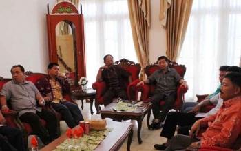 Sejumlah fraksi DPRD Kalteng bertemu Gubernur Sugianto Sabran, di istana isen Mulang, Minggu sore. Mereka berkonsultasi mengenai masalah APBD-P 2016 agar tidak sampai berujung pada keluarnya Pergub. BORNEONEWS/M. MUCHLAS ROZIKIN