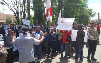 Ratusan karyawan PT MSK dan PT SISK, Makin Grup berunjuk rasa menuntut perusahaan memenuhi hak-hak karyawan, di depan kantor Bupati Kotim, Senin (26/9/2016). BORNEONEWS/M. RIFQI