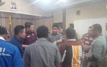 Ketua DPRD Kotim Jhon Krisli, didampingi Wakil Ketua Parimus, dan anggota Komisi III DPRD Kotim menemui para karyawan PT MSK dan PT SISK, di sela rehat rapat, Senin (26/9/2016). BORNEONEWS/M. RIFQI