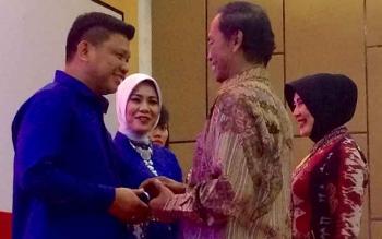 AKBP Heska Wahyu Widodo (kiri) menerima cindera mata dari Bupati Kotawaringin Barat Bambang Purwanto saat acara kenal pamit di Swiss Belinn Hotel, Pangkalan Bun, Senin (26/9/2016) malam. BORNEONEWS/CECEP HERDI