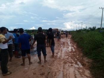 Ruas PangkalanBun- Kolam hancur dan banyak kendaraan amblas, Senin sore (26/9/2016). DOK BORNEONEWS