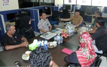Gubernur Kalimantan Tengah (Kalteng) Sugianto Sabran menyempatkan diri berkunjung ke kantor pusat Borneonews, di sela-sela kunjungan kerjanya ke Pangkalan Bun, Kabupaten Kotawaringin Barat, Selasa (27/9/2016) pagi. BORNEONEWS/ANDREANSYAH
