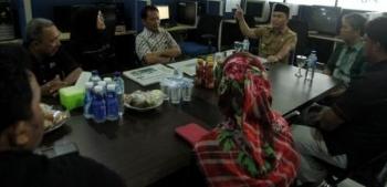 BERSINERGI: Gubernur Kalteng Sugianto Sabran berdialog dengan awak Borneo News dan Palangka Post di kantor Jl Pangeran Antasari 40, Pangkalan Bun, Selasa (27/09/2016) BORNEONEWS/ANDRE