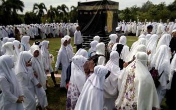 Ratusan peserta manasik haji, para siswa SLTP dan SLTA, saat mengikuti rangkaian kegiatan Manasik Haji di Halaman Kantor Bupati Lamandau, belum lama ini. Jamaah haji Lamandau, direncanakan tiba di Lamandau, Jumat (30/9/2016). BORNEONEWS/HENDI NURFALAH