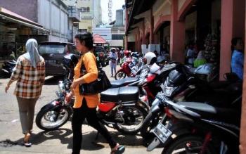 Kendaraan terparkir di kawasan Pasar PPM Sampit, Kotim. Komisi IV DPRD Kotim sedang mempelajari draft Raperda tata kelola jasa perparkiran yang diajukan Dishubkominfo. BORNEONEWS/M. RIFQI