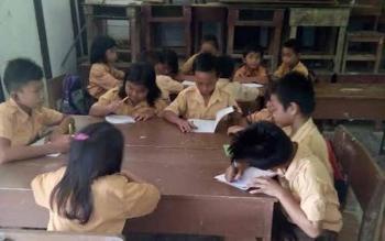Para siswa sebuah sekolah dasar di Pulang Pisau. Dewan Pendidikan Pulpis, Selasa (27/9/2016), mengharapkan pemerintah jangan mengorbankan peserta didik. BORNEONEWS/JAMES DONNY