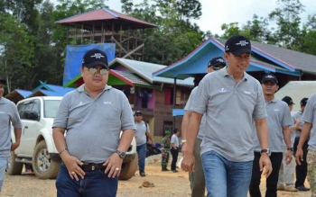 Bupati Barito Utara, H Nadalsyah bersama Ketua DPRD Barut Set Enus Y Mebas saat mengunjungi PLTMG Bangkanai 155 MW di Desa Karendan, Senin (26/9/2016). BORNEONEWS/RAMADANI