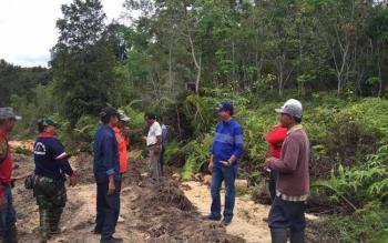 Bupati Barito Utara, H NAdalsyah (dua kanan) meninjau pembangunan jalan Tumpung Laung, Kecamatan Montallat menuju jalan Main Road PT Dasa Intiga, wilayah Kapuas. BORNEONEWS/RAMADANI