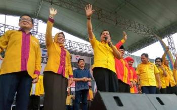 Nurdin Halid mengajak masyarakat Kabupaten Kotawaringin Barat menangkan Nurani saat memberikan orasi politiknya dalam acara deklarasi pasangan Nurani.