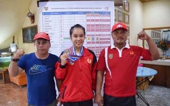 Meilani foto bersama dengan dua pelatihnya. BORNEONEWS/ROKIM