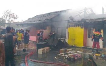 Sebuah rumah dan dua pintu barak berkonstruksi beton ludes terbakar. Peristiwa tersebut terjadi di Jalan Turi II, pengaringan III, Gang Campur Sari, Palangka Raya, Selasa (27/9/2016). BORNEONEWS/BUDI YULIANTO