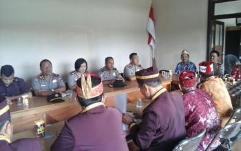 Polres Palangka Raya bersama Polsek Pahandut menggelar pertemuan dengan DAD Kota di kantor DAD, Jalan Temanggung Tilung XVIII. BORNEONEWS/BUDI YULIANTO