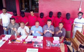 Direktur Reserse Narkoba Polda Kalteng Kombes Pol Akhmad Shaury (tengah depan) menunjukan barang bukti pada press release, Selasa (27/9/2016). BORNEONEWS/BUDI YULIANTO
