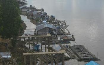 Puluhan keramba ikan di Sungai Katingan sekitar Jembatan Kasongan tampak berjejer di tepi sungai.BORNEONEWS/ABDUL GOFUR