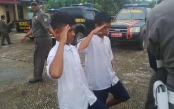 Suasana ketika dua orang siswa SMP diberikan hukuman oleh anggota Satpol PP di halaman kantor Satpol PP Mura, Rabu (28/9/2016). BORNEONEWS/SUPRI ADI