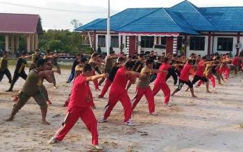 Anggota Satuan Polisi Pamong Praja (Satpol PP) Kabupaten Gunung Mas mengikuti latihan bela diri di halaman kantor Satpol PP Gumas, Selasa (26/9/2016) sore. BORNEONEWS/EPRA SENTOSA