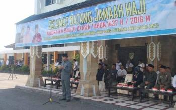 Bupati Barito Utara Nadalsyah memberikan sambutan atas kedatangan Kloter 11 sebanyak 18 jamaah haji yang menggunakan Bus Damri, Rabu (28/9) di halaman kantor bupati setempat.(BORNEONEWS/AGUS SIDIK)
