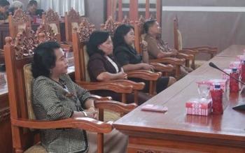 Anggota DPRD Gumas Pendeta Rayaniatie Djangkan (kiri) mengikuti rapat paripurna DPRD Gumas. Rabu (28/9/2016), Rayaniatie mengaku prihatin atas minimnya gaji guru honorer yang dibiayai dana BOS. BORNEONEWS/DOK