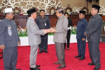 Gubernur Sugianto Sabran didampingi Wakil Gubernur Habib Said Ismail menyerahkan Rancangan APBD-P 2016 kepada Ketua DPRD Kalteng Atu Narang, /BORNEONEWS/ROZIKIN
