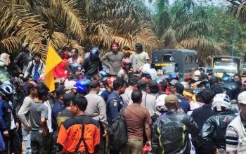 Sejumlah warga melakukan aksi unjuk rasa terkait sengketa lahan di perusahaan perkebunan kelapa sawit, beberapa waktu lalu. Maraknya sengketa lahan yang tidak ada kejelasan berujung pemidanaan warga membuat prihatin DPRD Kotim. BORNEONEWS/RIFQI