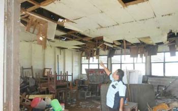 Kondisi bangunan lab SMP 1 Jabiren yang nyaris ambruk. BORNEONEWS/JAMES DONNY.