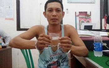 Ubaidilah, 36, menunjukkan barang bukti. Ia ditangkap di ruang karaoke wisma sehati komplek lokalisasi Merong Rt 31, Kelurahan Lanjas, Kecamatan Teweh Tengah, Rabu (28/9/2016). (BORNEONEWS/AGUS SIDIK)