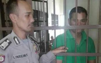 Oknum guru THL MTSN Tumbang Samba yang diduga telah mencabuli seorang siswa MAN setempat saat menjalani proses di ruang tahanan Polres Katingan.BORNEONEWS/ISTIMEWA