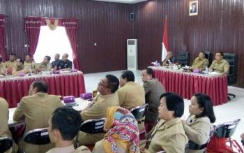 Bupati Lamandau, Marukan, didampingi ketua DPRD dan Sekda, memimpin rapat pembahasan perubahan organisasi SKPD, di Nanga Bulik, Selasa (27/9/2016). BORNEONEWS/HENDI NURFALAH