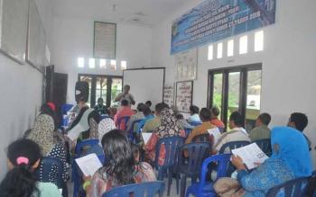 Direktur PDAM Tirta Dharma Kabupaten Barut Ir Agus Surjanto memberikan penjelasan kepada para pelanggan PDAM, Kamis (29/9) di Kelurahan Lanjas.(BORNEONEWS/AGUS SIDIK)