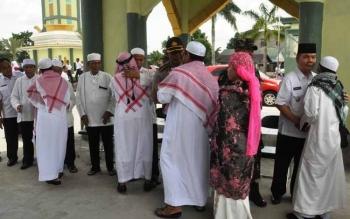 Bupati Kapuas, Ben Brahim S Bahat menyambut 246 jamaah haji asal Kabupaten Kapuas, di Masjid Al Mukarram Amanah, Rabu (28/9/2016) siang. BORNEONEWS/DJEMMY NAPOLEON