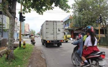 Pengendara harus berhati-hati melintas di perempatan Jalan DI Panjaitan- Antasari, Sampit. Pasalnya, lampu lalu lintas di daerah itu rusak. Sejumlah traffic light di Kotim akan diganti. BORNEONEWS/M. HAMIM