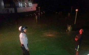 Anggota Polsek Sukamara saat melakukan patroli di Pelabuhan Bongkar Muat di jalan Regianl Sukamara, Rabu (28/9/2016) malam. BORNEONEWS/NORHASANAH