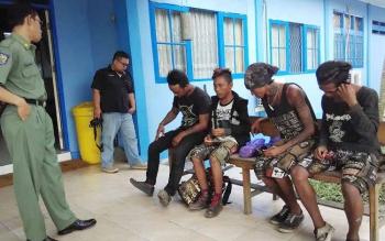 Kepala Dinas Sosial Tenaga Kerja dan Transmigrasi (Dinsosnakertras) Kotim, Bima Ekas Wardana sedang memberikan pembinaan kepada sejumlah anak punk yang terjaring oleh mereka, beberapa waktu lalu. BORNEONEWS/HAMIM