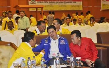 Supriadi MT (kiri) terpilih kembali sebagai Ketua DPD Partai Golkar Kotim 2016-2021, dalam Musda Golkar Kotim, di Hotel Aquarius Boutique Sampit, Kamis (29/9/2016). BORNEONEWS/M. RIFQI