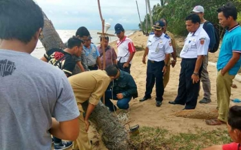 Kepala Dishubkominfo Kabupaten Kotawaringin Barat, Petrus Rinda saat menentukan titik koordinat rencana pembangunan tol laut di Desa Sabuai Barat. BORNEONEWS/FAHRUDDIN