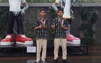 Dua pelajar SMK Negeri 1 Sampit, Kotawaringin Timur Mahendra Fajar dan Rahmat Hidayat. Keduanya menciptakan sofware anti penculikan anak. BORNEONEWS/RAFIUDIN