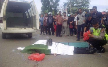 Berserakan: jenazah Brigpol Debi Aprianto, anggota Polsek Dusun Timur,Barito Timur tewas sekertika setelah ditabrak truk yang mengangnkut kayu ilegal. BORNEONEWS/AMAR