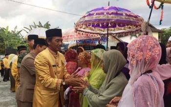 Bupati Kobar, Bambang Purwanto menyalami para jemaah haji yang tiba dengan selamat di Pangkalan Bun, Kamis (29/9/2016) sore.