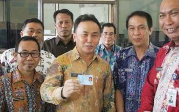Gubernur Kalteng saat menunjukkan hasil cetak e-KTP nya, saat inspeksi di Disdukcapil Kota Palangka Raya. Ia resmi pindah domisili ke Kota Palangka Raya, Ibukota Kalteng.
