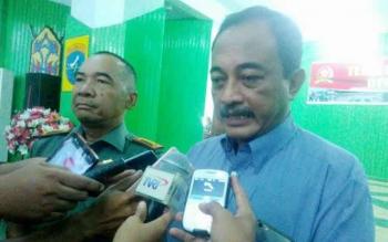 Ketua Gapki Cabang Kalteng Dwi Darmawan (kanan) didampingi Danrem 102/Pjg Kolonel Arh Purwo Sudaryanto memberikan keterangan kepada wartawan, di Palangka Raya, Kamis (29/9/2016).