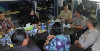 Kabid Humas Polda Kalteng AKBP Pambudi Rahayu (nomor dua dari kanan) berdialog dengan awak Borneo News.
