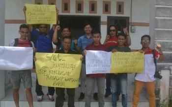 Sejumlah wartawan yang tergabung dalam PWI Kabupaten Katingan menggelar aksi damai di kantor PWI setempat mengecam kekerasan terhadap wartawan di Kabupaten Barsel, Jumat (30/9/2016). BORNEONEWS/ABDUL GOFUR