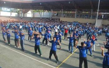 Bupati Barito Utara H Nadalsyah dan Wakil Bupati Drs Ompie Herby, Kapolres Barut Roy HM Sihombing serta seluruh FKPD lainnya melakukan senam bersama, Jumat (30/9) di Stadion Tiara Batara.(PPOST/AGUS SIDIK)