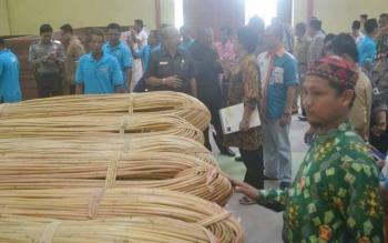 Sejumlah pejabat daerah, maupun dari Kementerian Perdagangan mengecek tumpukan rotan bahan baku kerajinan di pusat produksi dan kerajinan rotan Hampangen, Kabupaten Katingan. BORNEONEWS/ABDUL GOFUR
